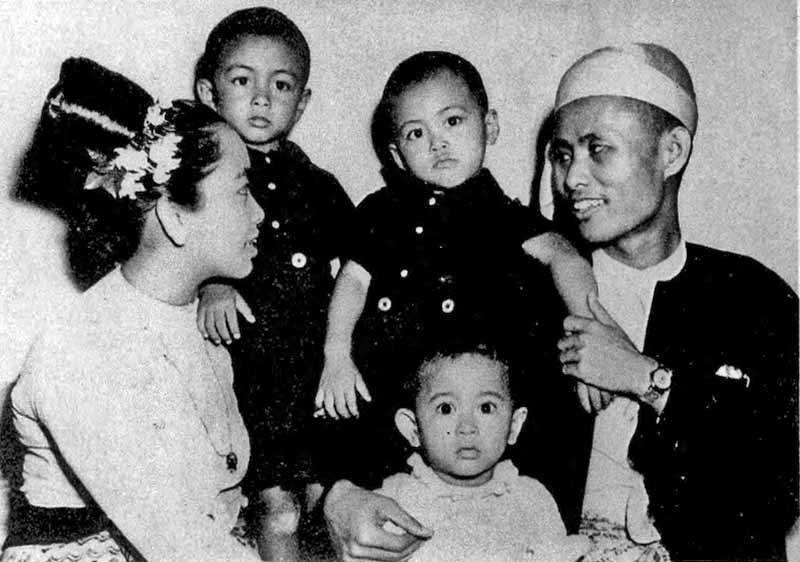 Aung San Suu Kyi (in white) with her family as a baby